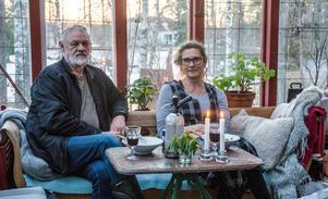 """"""" Växthuset ska vara ett mysigt uterum också"""" säger Bosse Iggsten och Eva Korsgren som firade sommartidens införande med kvällsmat ute."""