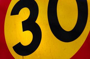 Hastighetsskylten visar 30. Foto: Marcus Lindblad/TT