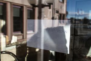 På dörren till restaurangen sitter en lapp om att det kommer att vara stängt veckan ut. Det stämmer inte, då Å's Restaurang inte kommer att öppna igen.