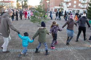 Julen dansades ut runt en mindre gran som ställts fram på torget.