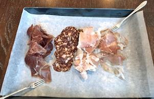 Det torkade nötköttet smälter (till vänster) bokstavligen i munnen.