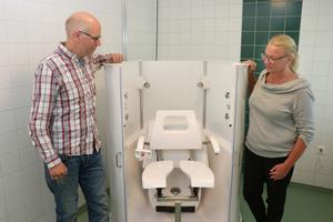 Andreas Örnehag och enhetschefen Annika Einarsson vid robotduschen, även kallad Poseidon, på Ängsbacken.
