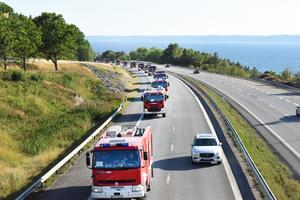 Den polska brandbilskonvojen passerade Vätterleden på E4:an i Småland under lördagkvällen. Foto: Anna Hållams/TT