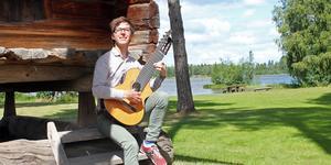 Nils Klöfver på semester i hembygden Torsång. De två senaste åren har han arbetat som gitarrlärare i Kina.