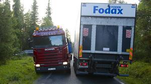 Jan Larsson måste ta ut halva lastbilen i diket för att kunna möte en annan lastbil på väg 311 mellan Sörvattnet och Tännäs.
