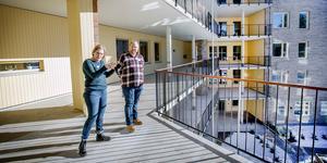 Solig terrass. Lise Frederiksen-Bach och Andreas Källdén är enhetschefer på det nya vård- och omsorgsboendet Karlslundsgården. De har varit med i planeringen från 2016 och nu får de leda arbetet med den moderna välfärdsteknik som är boendets signum.