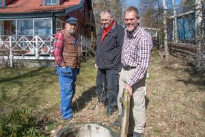 En tvåkammarsbrunn med infiltration leder till bättre rening av bland annat fosfor än vad reningsverket gör, säger Anders Segerberg och visar vid sin stuga.