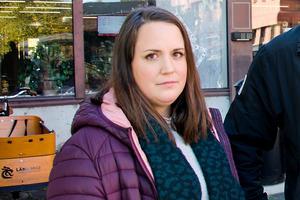 Föräldern Sandra Malmsten som har barn på Ankarviks skola är glad att skolan blir kvar men kommer ändå kämpa för att skolan även i fortsättningen ska ha klasser från förskoleklass upp till sexan.