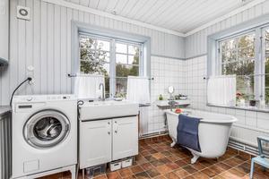 Nytt badrum med tvättmaskin och badkar. Foto: Länsförsäkringar Fastighetsförmedling Ludvika