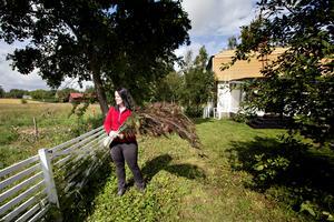 Jane Johnsson med fjädrarna från påfågeln.