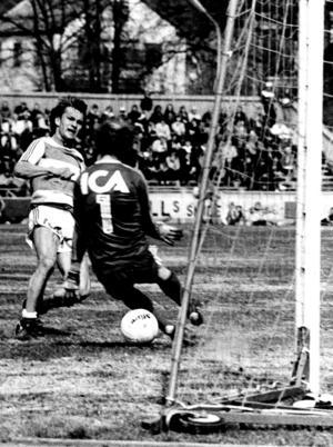 Stig Fredriksson var en av spelarna i laget som inte kunde hålla sig kvar i allsvenskan. Här skjuter han sitt första allsvenska mål, när VSK slog Örebro med 4–2.