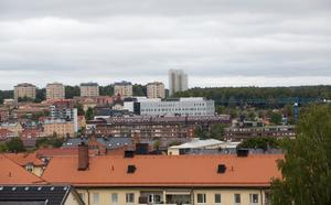 Takåsar, lyftkranar och punkthus i Södertälje stadskärna.