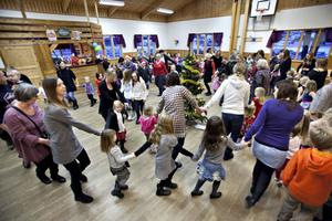 Lenitha Hellbergs årliga julgransplundring har blivit en självklar byfest i Björke. I år fyller plundringen 15 år.