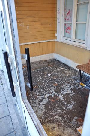 UTSATT. Den inglasade väntsalen på Tierps stationshus riskerar att slås igen efter alla skadegörelse.KROSSAT GLAS. Två glasrutor samt stora glasrutan i dörren krossades på väntsalen.