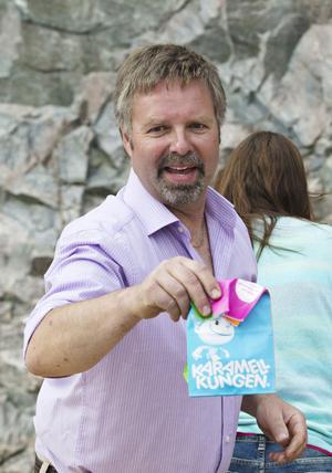 Anders Rundlöf driver Griggebo bergtäkt och delar ut godispåsar till barnen.