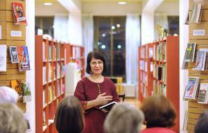 Azar Mahloujian kom nyligen ut boken Möter dig i Larnaca, det är hennes femte i ordningen. Om den berättade hon på Bollnäs bibliotek.
