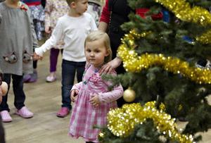 Freja Händelsten, tre och ett halvt år, dansar kring granen på julgransplundringen i Björke för andra året.