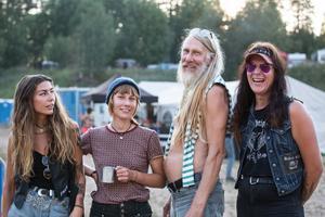 Klara Sandberg, 22 år, från Stockholm, tillsammans med Matilda Friman, 22, Gomer Explench, 60 och Mona Wallin, 24 boende i Skattungbyn, tycker att Krökbacken är en lugn och mysig festival.