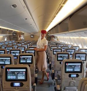 Valeria ombord på ett av Emirates flyg. Foto: Privat