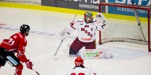 Henrik Björklund spelade pucken rakt i gapet på Christopher Fish som gjorde 1–0 för Vita Hästen. Bild: Josefine Loftenius/Bildbyrån