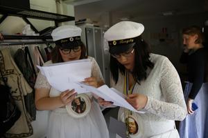 Petra Kalajdzic och Johanna Ringsby kollar på sina betyg.