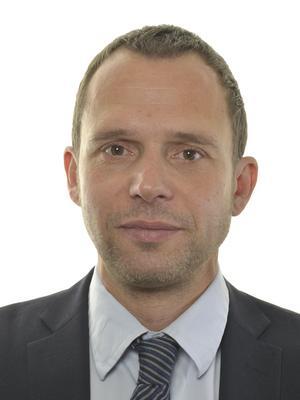 Jens Holm (V) är ordförande i rikdsdagens trafikutskott. Foto: Riksdagen.