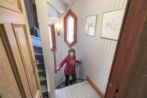 Trapphuset har isolerats om och räcket flyttats till innerväggen för att få mer utrymme.