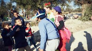 Barn i flyktinglägret skrattar på sig, vid en tidigare clownturné till Lesbos. Foto: Alex Hinchcliffe