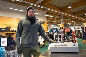Christoffer Håkansson vid en joniseringsfläkt som tar bort röklukten.