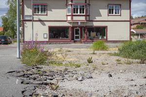 Trasig asfalt, rallarrosor, sten och grus. Naturen tar sakta över...