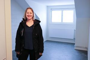 Ann-Katrin Olsson, fastighetsförvaltare hos Ockelbogårdar, visar förrådet som blivit vindsvåning.