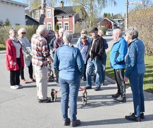 Här, på Lugnviksvägen, samlades 20-talet personer för en historievandring. Foto: Urban Norberg