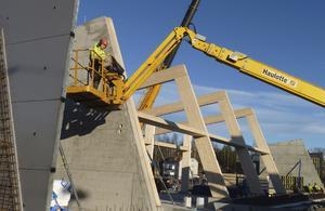 En del av balkarna till tak- och väggkonstruktionen på dockningsstation har kommit på plats.