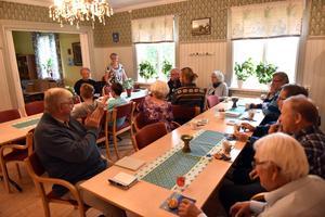 En del av de som bidragit med texter till Sool-Öen samlades i Sollerö prästgård där de fick träffa redaktionskommittén och gå genom årets bok.