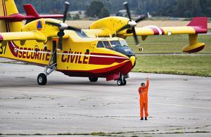 Vattenbombflygplanen flögs in från Frankrike för att ge understöd till räddningstjänsten. Här har planet precis landat på Västerås flygplats.