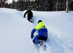 """""""Vi fick krypa 20 minuter för att ta oss fram till Samuel"""". Kalle Nordin och Stefan Nyberg fick jobba hårt i den djupa snön."""