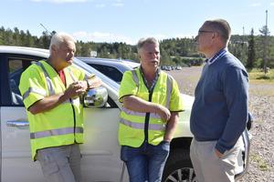 Siljan Schakt ska nu bygga ett minireningsverk i Skattungbyn. På bilden Anders Mattsson och Jan Arnesson tillsammans med kommunalrådet Mikael Thalin vid byggstarten av multiskidarenan i Grönklitt.