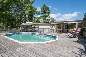 Foto: Anna Jansson fotografi. En sommarstuga med pool i Hampetorp lockar många att ta en närmare titt.