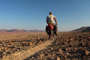 Namibia är ett av Lars Bengtssons favoritländer. Här cyklar han på djurstigar i nordligaste Namibia 2017.Fotograf: Lars Bengtsson