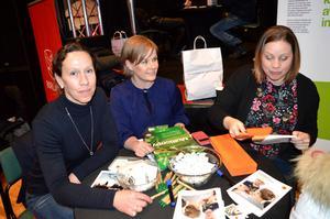 Elisabeth Granström, Anna-Karin Groth och Susanne Malmberg söker sommarjobbare till Kvarnsvedens pappersbruk. Redan första timmen blev det napp.