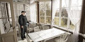 Karl-Erik Dahlgren visar runt i det stora huset. Varje våningsplan har två inglasade verandor.