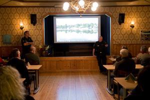 Kommunpolis Johannes Persson och Jan Olsson, ansvarig för grannsamverkan, bjöds in till Sågtäkten för att berätta om trygghet och brottslighet i kommunen.