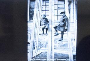 Vilka är flickorna på stegarna – och var är bilden tagen? Det undrar Stephan Lundberg på Örnsköldsviks museum som gärna tar emot mer fakta. Det man vet är att det är amatörfotografen Robert Huss, tulltjänsteman till yrket, som tagit bilden.