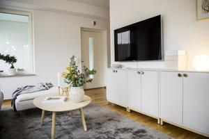 Den nätta tv-möbeln från Ikea har fått nytt liv med ny färg och knoppar.