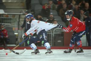 Mattias Hammarström i Edsbyn hittar ett sätt att bromsa Per Hellmyrs i SM-finalen – det stora derbyslaget – 2017.