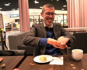 Fredrik Cattani visar ett trix med en sked.