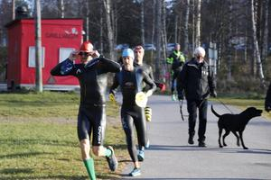 En och annan söndagsflanerare, såväl människor som djur, blev överraskade när swinrunatleterna kom farande i Ånnaboda.