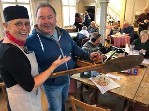 En ny bagarstuga behöver utrustning och under programmet Sök & Finn så kom Stefan Mattson och överlämnade det vi efterfrågade till projektledare Margareta Englund. Stort tack. Foto: Anita Johansson
