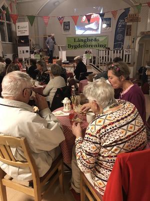 Många kom och deltog i samtalet om tunnbröd samt lyssnade till historien om tunnbröd.