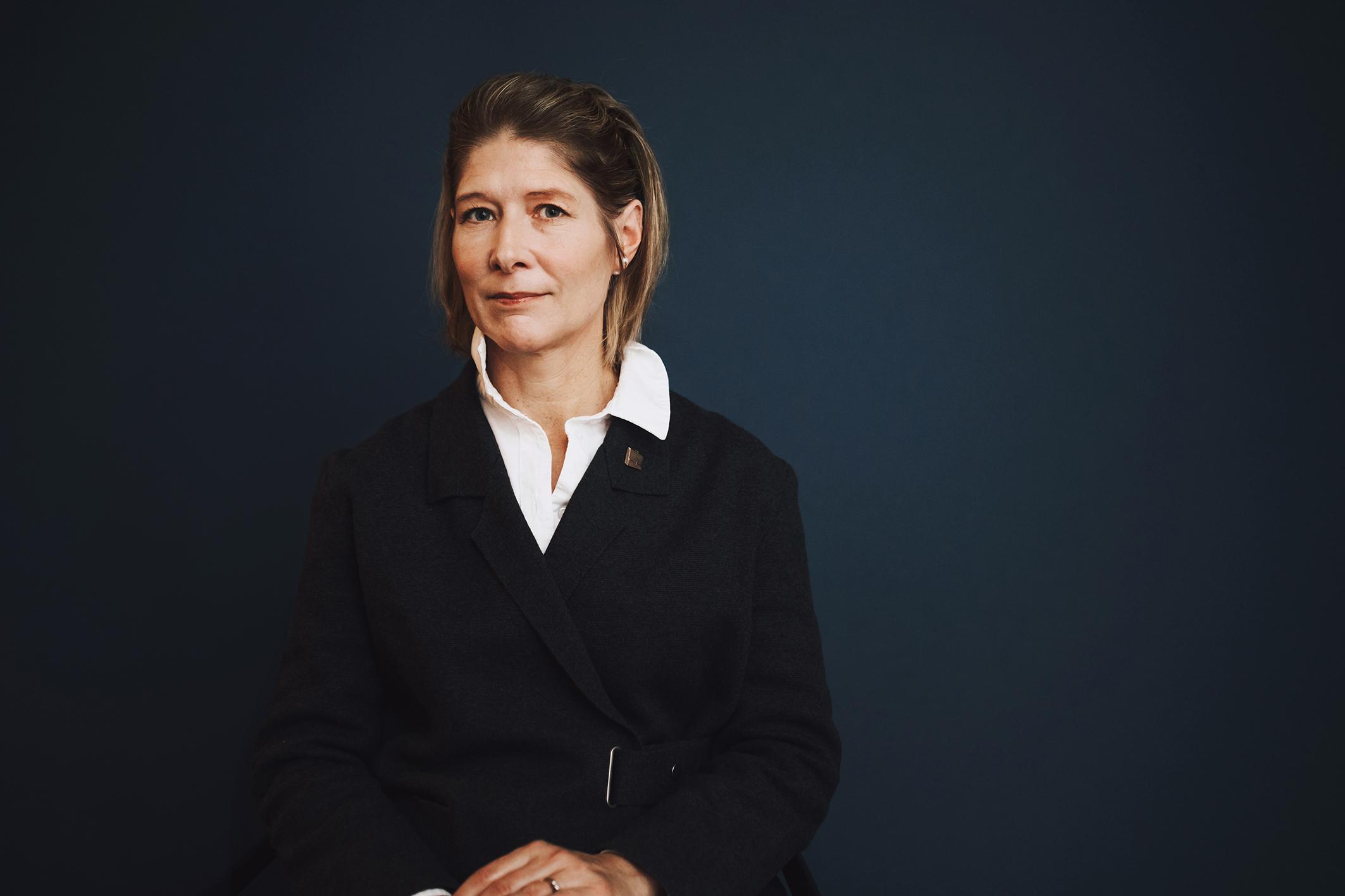 Julie Lindahl är författare, barnbarn till en SS-officer. Hon har skrivit en bok om arvet efter morföräldrarna och konsekvenserna för henne själv och familjen. Foto: Kajsa Göransson
